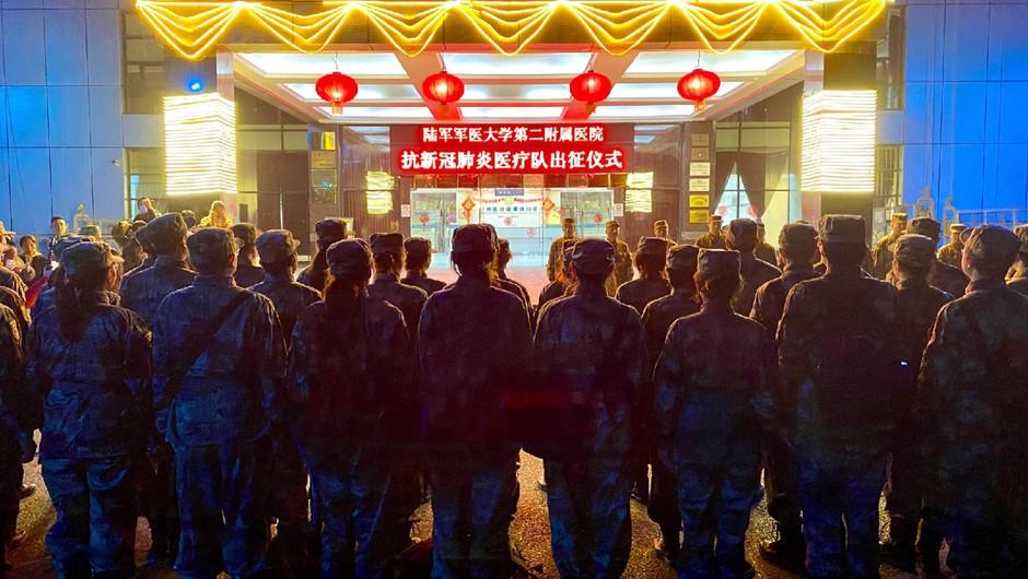 Virus na Kitajskem zahteval nova življenja, ob tem se še naprej hitro širi (foto: profimedia)