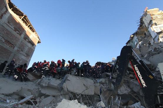 Število smrtnih žrtev in poškodovanih v potresu v Turčiji narašča