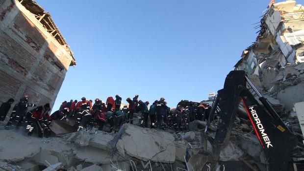 Število smrtnih žrtev in poškodovanih v potresu v Turčiji narašča (foto: profimedia)