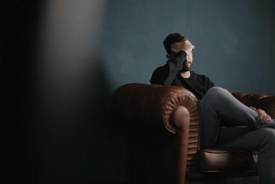 Čustvena travma, ki jo oseba doživi ob izgubi službe, je izjemno obsežna