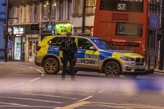 Policija v Londonu ubila moškega, ki je zabodel dva človeka