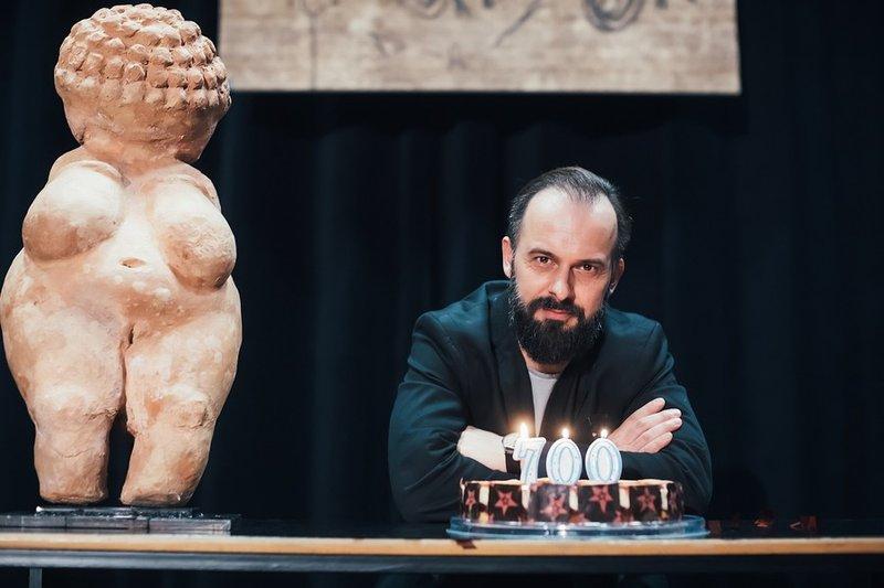 Z monokomedijo Jamski človek v režiji Nataše Barbare Gračner je obiskal skoraj vse kotičke Slovenije.