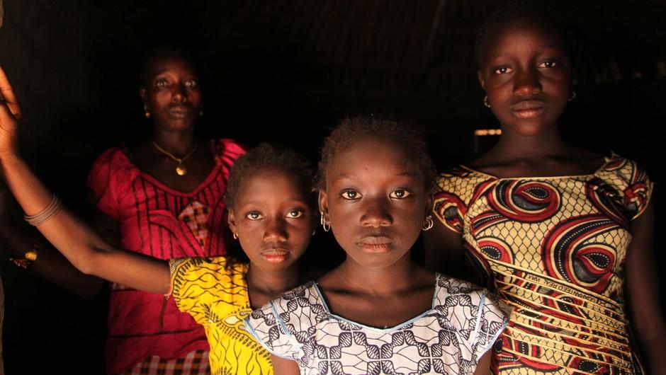 Mati s tremi hčerami živi v vasi Cambadju v Gvineji Bissau. Gre za prvo vas v tej državi, ki se je odrekla praksi obrezovanja ženskih spolnih organov. (foto: © UNICEF/LeMoyne)