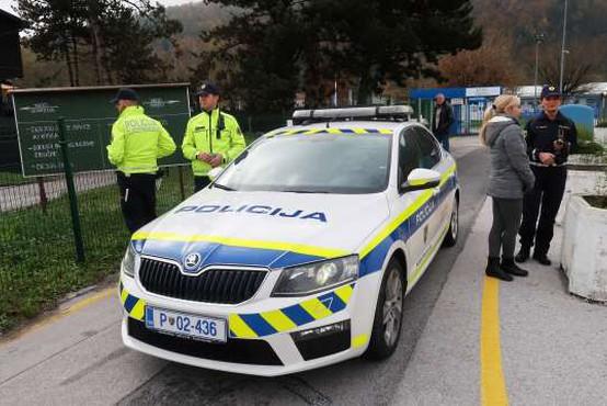 Na policiji potrdili pridržanje petih mejnih policistov