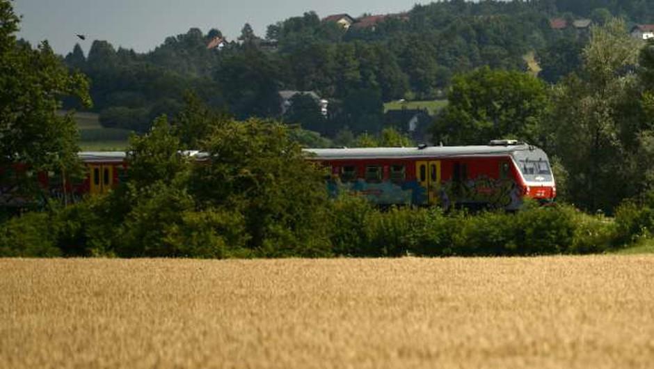 Na informativne dneve se bodo mladi lahko zapeljali tudi z vlakom (foto: Tamino Petelinšek/STA)