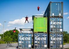 Dunking Devils postavili nor trampolinski park med tovornimi zabojniki