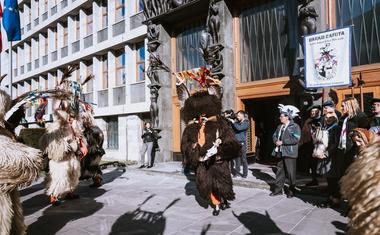 Foto: Kurenti pred začetkom kurentovanja obiskali državni zbor