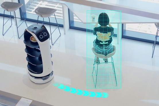 V središču Kabula gostom streže prva robotska natakarica
