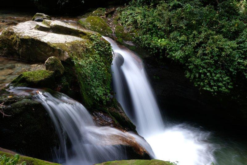Med trekingom ti družbo delajo mogočni slapovi in brzice.