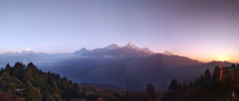 Razgled na Mačapučare (v daljavi desno), Južno Annapurno in Daulagiri (levo).