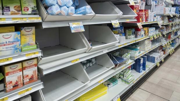 Panika tudi v Sloveniji: na meji z Italijo že praznijo police trgovin (foto: profimedia)