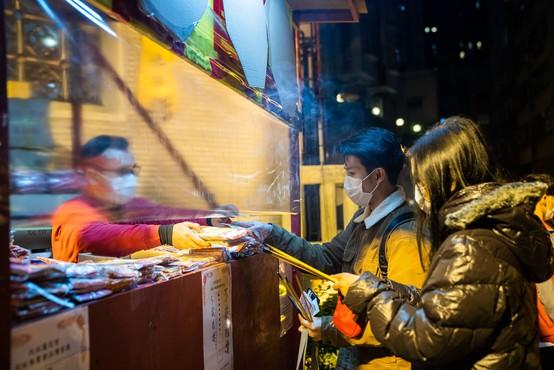 Kitajska v boj proti koronavirusu tudi z razkuževanjem bankovcev