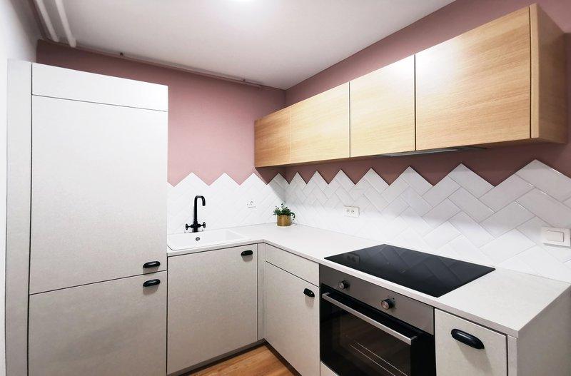 Nova kuhinja je oblikovana v črko L, s čimer so pridobili pult, ki bi ga sicer izgubili na račun manjšega prostora.