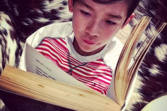 13-letnik je postal Instagram zvezda potem, ko so ga vrstniki zasmehovali zaradi ljubezni do knjig
