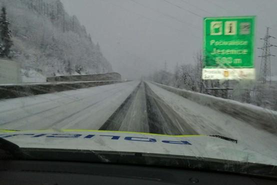 Sneg na višje ležečih predelih se oprijema cestišča