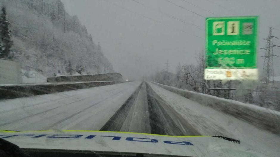 Sneg na višje ležečih predelih se oprijema cestišča (foto: PU Kranj)