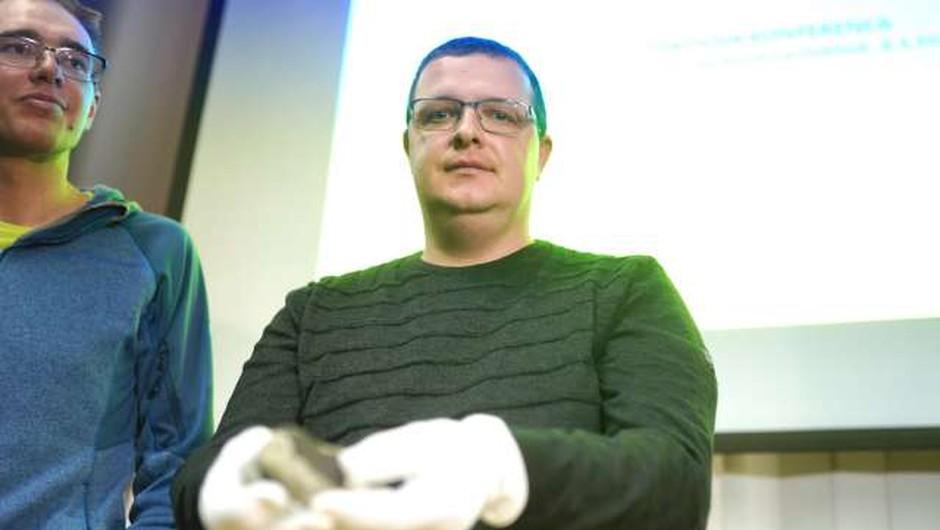 Gregor Kos iz Prečne pri Novem mestu našel prvi kos meteorita (foto: STA/Nik Jevšnik)