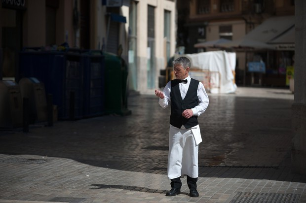 Natakar sredi prazne ulice v Malagi, Španija (foto: profimedia)