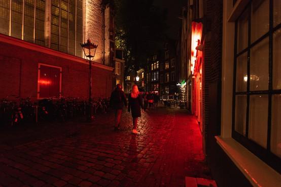 V Amsterdamu zaprli znamenito rdečo četrt, dolge vrste pred prodajalnami marihuane