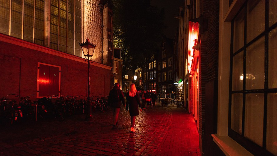 V Amsterdamu zaprli znamenito rdečo četrt, dolge vrste pred prodajalnami marihuane (foto: profimedia)
