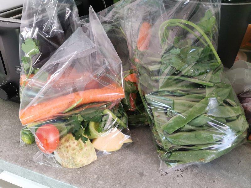 Zelenjavo sem oprala, narezala in jo po vrečkah zamrznila.