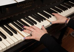 Glasbeniki s koncerti po spletu razbijajo monotonijo omejenega gibanja