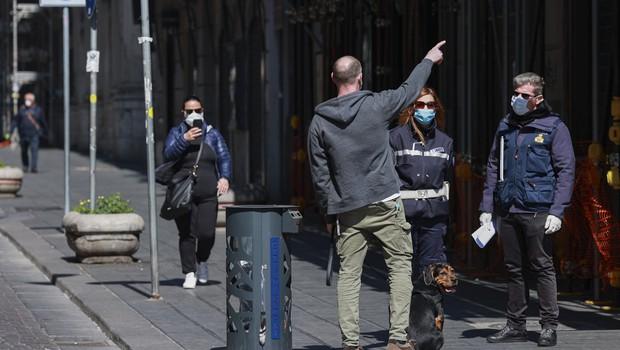 Kreativni izgovori Italijanov, ko si sredi karantene 'ukradejo' minuto na svežem zraku (foto: profimedia)