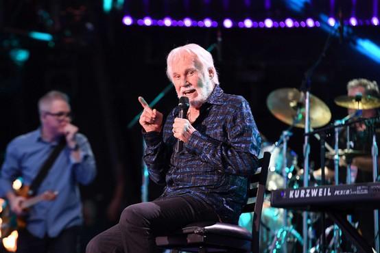 V 81. letu umrl legendarni country pevec Kenny Rogers