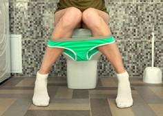 Med video-konferenco je pozabila, da ima vklopljeno kamero, in odšla na stranišče!