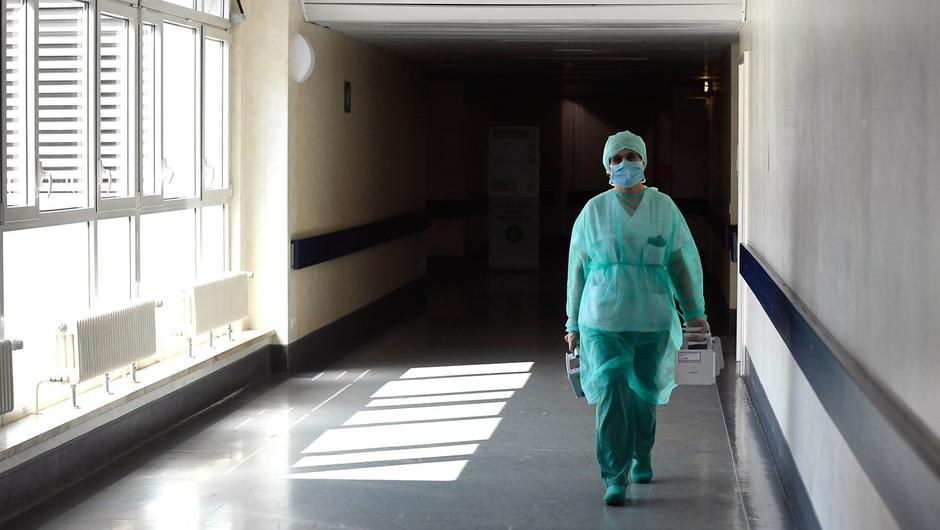 Poleg fizične izčrpanosti tudi izjemen psihičen pritisk na zdravstvene delavce v Italiji (foto: Profimedia)