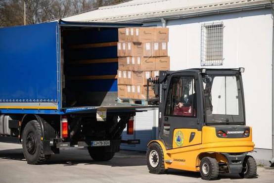 Z načrtovanimi dobavami naj bi bilo zaščitne opreme pri nas dovolj