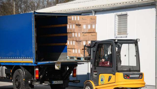 Z načrtovanimi dobavami naj bi bilo zaščitne opreme pri nas dovolj (foto: STA/Nebojša Tejić)