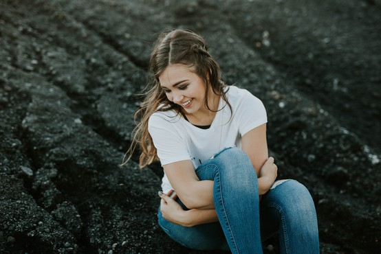 Zakaj je z občutkom jeze lažje živeti, kot pa z občutkom lastne nevrednosti? (piše: Alenka Lanz)