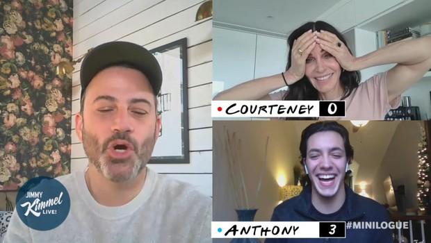 Courteney Cox si čas v samoizolaciji krajša s serijo Prijatelji, v kateri je nastopila kot Monica (foto: profimedia)