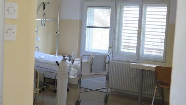 Število hospitaliziranih v slovenskih bolnišnicah spet rahlo naraslo (foto: Andrej Seršen Dobaj/STA)