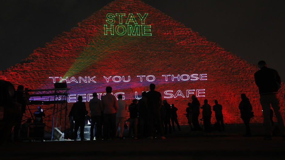 Na Keopsovi piramidi svetlobni napisi v znak solidarnosti v pandemiji (foto: profimedia)