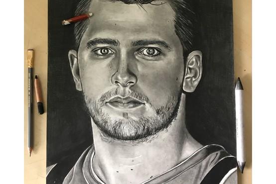 Na spletni dobrodelni dražbi portretna risba Luke Dončića
