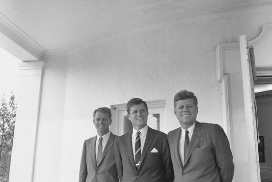 Vnukinja Roberta Kennedyja z osemletnim sinom izginila v Atlantiku