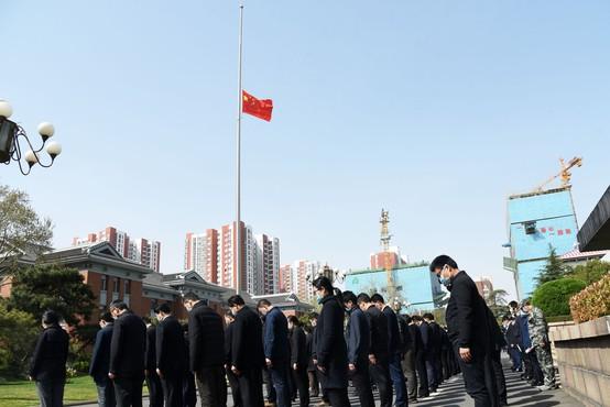 S tremi minutami molka so se Kitajci poklonili žrtvam novega koronavirusa