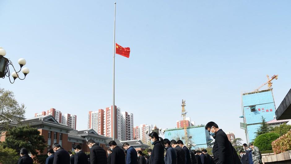 S tremi minutami molka so se Kitajci poklonili žrtvam novega koronavirusa (foto: profimedia)