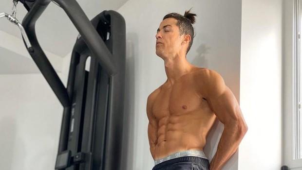 Cristiano Ronaldo postavil izziv - 142 trebušnjakov v 45 sekundah (foto: profimedia)