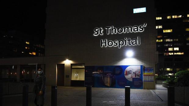 Johnson noč preživel v bolnišnici, a še naprej vodi vlado (foto: profimedia)
