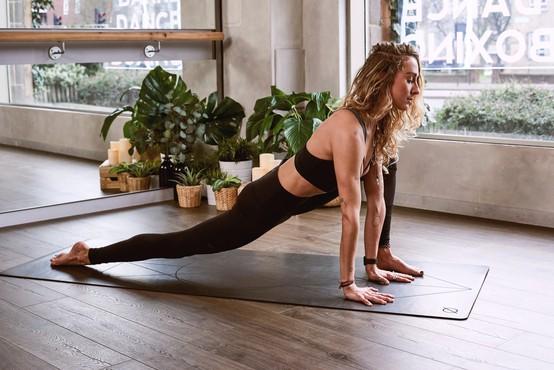 4 joga vaje za kurjenje maščob (tudi za začetnike)