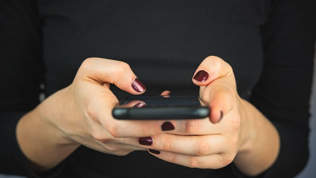 Vse več držav zaradi pandemije sledi lokaciji telefona uporabnikov (foto: profimedia)