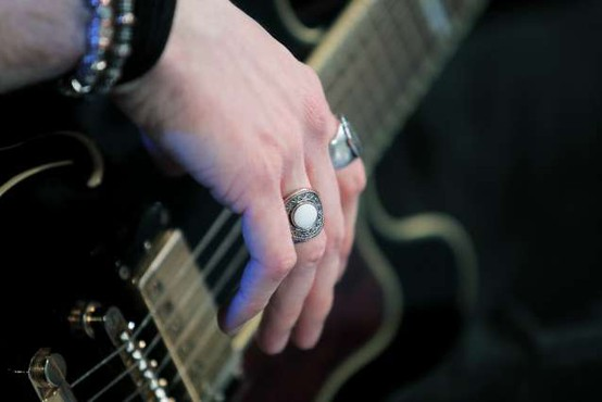 Tony Iommi, kitarist skupine Black Sabbath, na dražbi ponudil osebne predmete