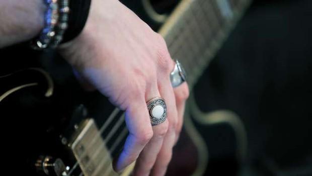 Tony Iommi, kitarist skupine Black Sabbath, na dražbi ponudil osebne predmete (foto: STA/Daniel Novakovič)