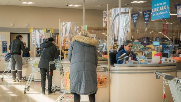 Po nakupih v trgovino poslej z osebnim dokumetom (foto: profimedia)