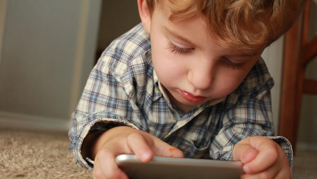 To je najhujša vsebina, ki jo lahko vaš otrok vidi na telefonu! (foto: Unsplash)