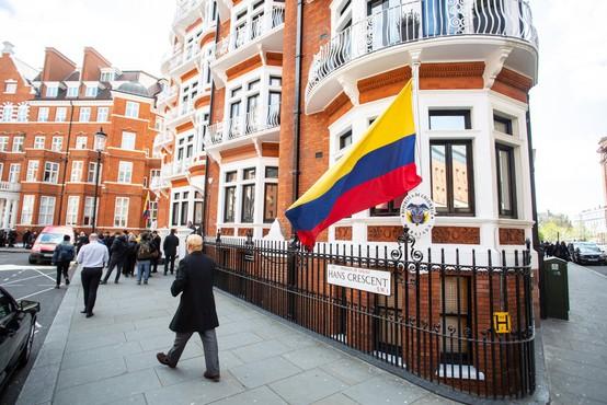Ustanovitelj WikiLeaksa na ekvadorski ambasadi dvakrat postal oče