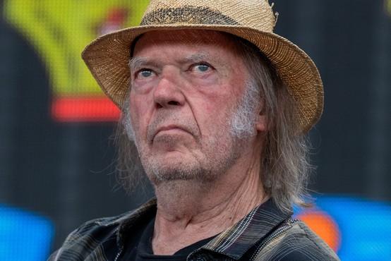 Neil Young z novo različico skladbe Shut It Down na temo koronavirusa